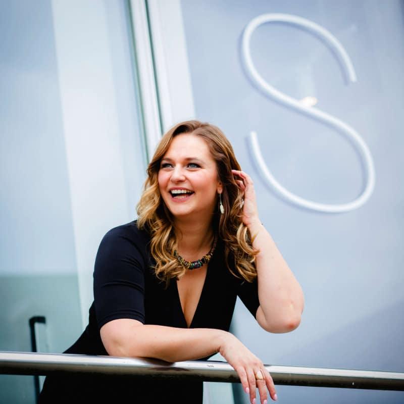 """Von """"orientierungslos"""" zur internationalen Keynote Speakerin - Moneymindset Interview mit Yvonne Schönau"""